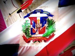 El escudo en la bandera Dominicana