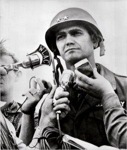 1965: en Vietnam, el comandante de las tropas estadounidenses, general William Westmoreland, anuncia un alto el fuego por Navidad.
