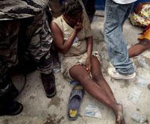 """Durante el corte de energía en la capital haitiana (tras el sismo), criminales aprovecharon para acosar y violar a mujeres y niñas refugiadas en carpas"""", denunció Mario Andresol, director de policía de Haití."""